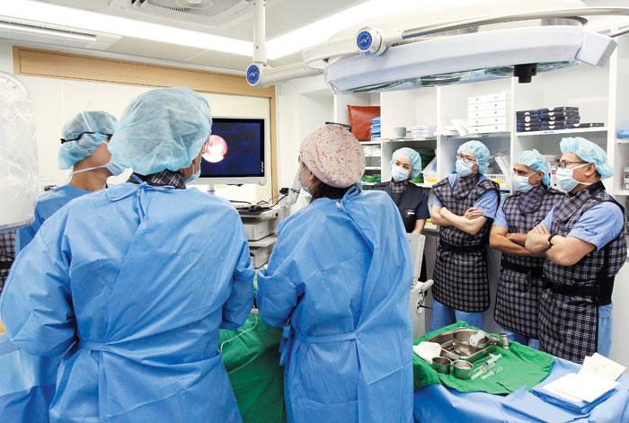 한국 의료 기술이 발전하면서 선진국 의료진이 국내 병원을 찾는 경우가 늘고 있다. 사진은 존스홉킨스 의대 치료 방사선과의 교수인 더글러스 임, 카이저 퍼머넌트 병원의 라비 베인스 척추외과 과장, 메릴랜드대학병원의 차오 교수 등 미국 의료진이 예스병원에서 수술을 참관하는 모습.