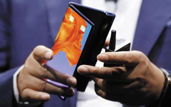 24일(현지 시각) 스페인 바르셀로나 이탈리안 파빌리온에서 열린 화웨이 스마트폰 언팩(공개) 행사에서 화웨이의 리처드 위 최고경영자(CEO)가 5G 폴더블 폰인 '메이트X'를 시연하고 있다.