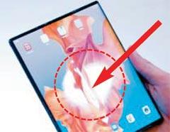 화웨이가 내놓은 메이트X를 펼치는 과정에서 나타난 화면 우그러짐 현상(점선).