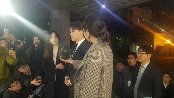 '성접대 의혹'을 받는 가수 빅뱅 멤버 승리가 27일 오후 9시 1분쯤 경찰에 출석했다. /권오은 기자