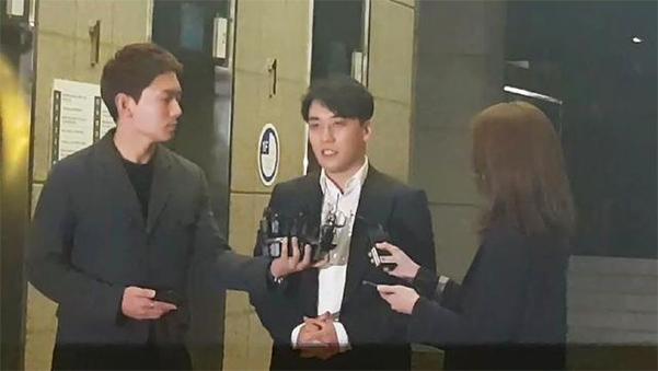 28일 오전 5시 31분 쯤 경찰 조사를 마친 승리가 서울 종로구 내자동 서울경찰청사 1층 로비로 나오고 있다. 그는 출석한지 8시간 30분 만에 귀가했다. /권오은 기자