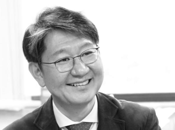 20년간 1500여건의 부검을 담당한 법의학자 유성호(47세). 그는 매주 월요일, 서울대학교 의과대학에 시체를 보기 위해 출근한다.