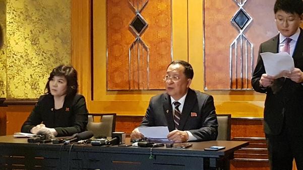 리용호(가운데) 북한 외무상이 3월 1일 새벽 베트남 하노이 멜리아호텔에서 긴급 기자회견을 갖고 2차 미북 정상회담에 대한 북한의 입장을 발표하고 있다. 왼쪽은 최선희 북한 외무성 부상./조의준 기자