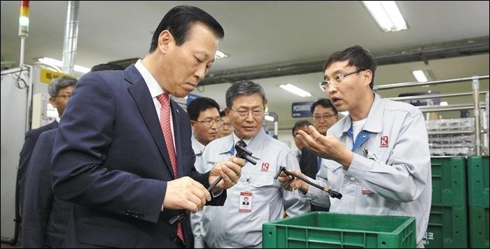 김도진(왼쪽) 기업은행장이 거래 중소기업을 방문해 상품 제조 공정에 대한 설명을 듣고 있다. 김 행장은 수시로 거래 기업을 찾아 애로 사항을 듣고, 이를 새로운 상품과 서비스에 반영하는 포용적 금융을 강조하고 있다.