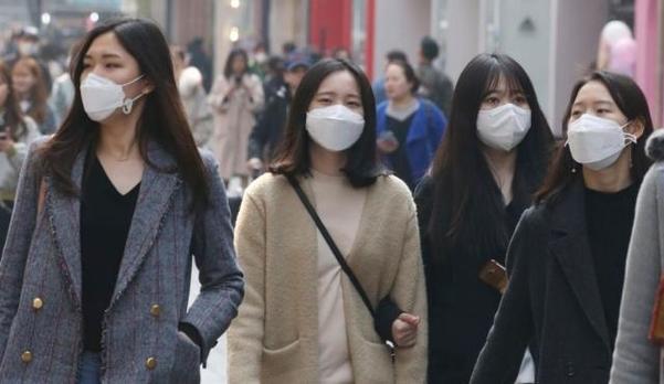 미세먼지가 기승을 부린 4일 서울시내 곳곳이 뿌연 미세먼지로 가득하다. 길 거리를 지나는 사람들은 마스크를 착용했다. /이태경 기자