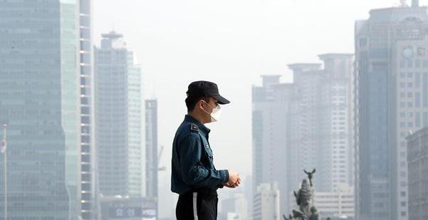 미세먼지 특보가 발령된 4일 서울 여의도 국회 경비를 서는 경찰이 마스크를 착용하고 있다. /뉴시스