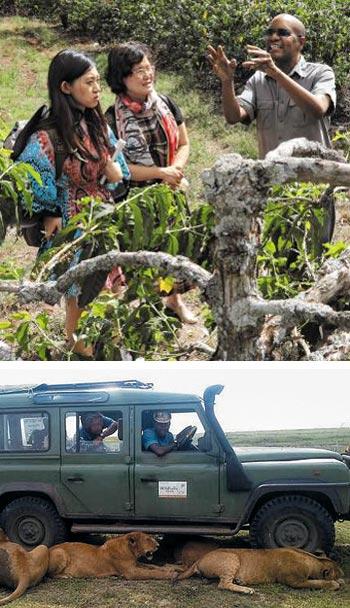 미래탐험대원 문다영(맨 왼쪽)씨가 킬리만자로산 아래의 해발 1400m에 위치한 도시 아루샤에서 커피 농장주 멜리 음테이씨의 이야기를 듣고 있다.