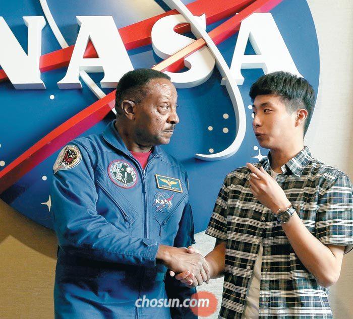 청년미래탐험대원 이인표씨가 미국 플로리다주(州) 케이프커내버럴 케네디우주센터에서 미국 항공우주국(NASA) 소속 우주인으로 일했던 윈스턴 스콧(69)씨와 대화를 나누고 있다.