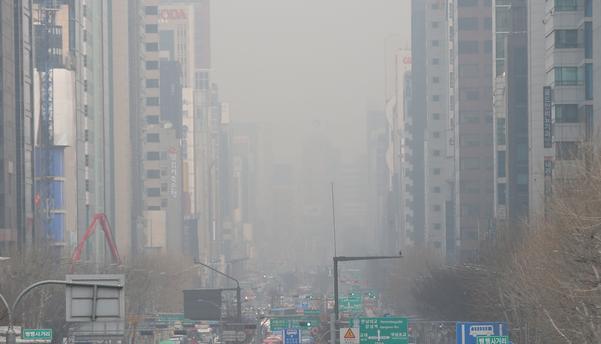 수도권 지역에 미세먼지 비상저감조치가 엿새째 이어지고 있는 6일 오전 서울 강남대로에 미세먼지가 가득하다. /연합뉴스