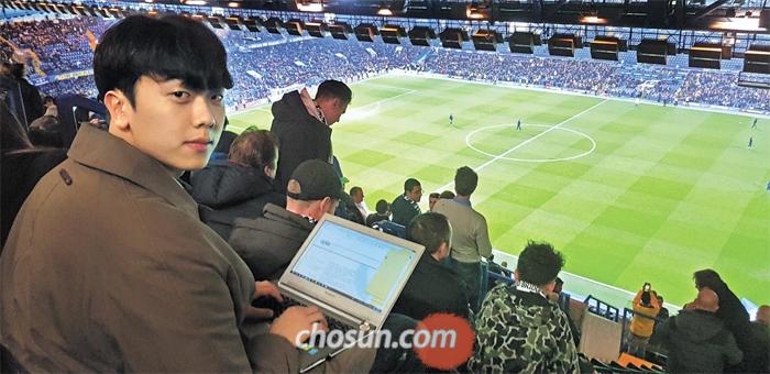 지난달 28일 영국 런던 스탬퍼드 브리지 경기장에서 축구 통계 업체 '옵타'의 일일 분석관이 된 박재웅씨가 첼시와 토트넘의 경기를 보는 모습.