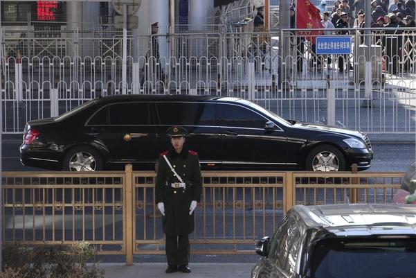 2019년 1월 8일 김정은이 탄 것으로 추정되는 벤츠 리무진 차량이 베이징역에서 시내 방향으로 이동하고 있다./연합뉴스