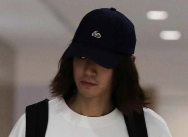 정준영이 지난 12일 인천국제공항을 통해 입국하고 있다. /연합뉴스