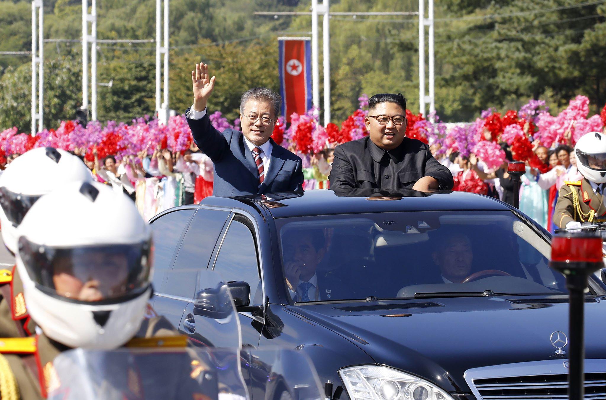 ▲문재인 대통령과 김정은 북한 국무위원장이 지난해 9월 18일 평양 시내에서 카퍼레이드를 하고 있다. 두 정상이 탑승한 벤츠 리무진 차량에 대해 유엔 대북제재위원회는 '제재위반 사치품'이라고 지목했다./사진공동취재단