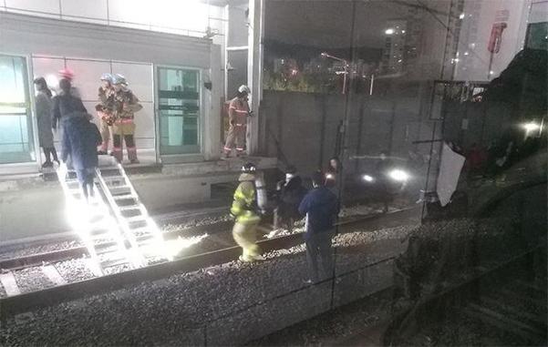 14일 오후 7시 22분쯤 지하철7호선 열차가 탈선해 승객들이 도봉산역으로 대피했다. /연합뉴스