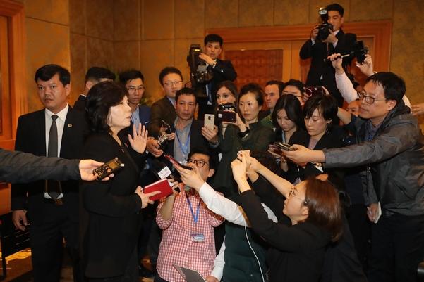 최선희 북한 외무성 부상이 지난 1일 밤 베트남 하노이 멜리아호텔에서 긴급 기자회견을 갖고 기자들의 질문에 답하고 있다./연합뉴스
