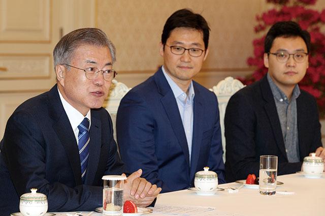 지난 2월 7일 청와대에서 열린 혁신벤처기업인 간담회에 참석한 김범석 쿠팡 대표이사(가운데). /뉴시스