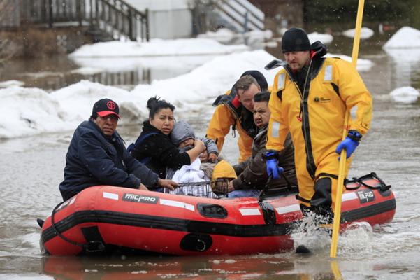겨울철 이상 기상현상인 '폭탄 사이클론(bomb cyclone)'으로 인한 홍수가 발생한 미국 위스콘신주 그린베이에서 2019년 3월 15일 소방대원들이 주민들을 대피시키고 있다. 미국 중서부 위스콘신, 네브래스카, 사우스다코타, 아이오와, 캔자스, 미네소타 등 6개주(州)가 갑자기 기온이 올라가는 것과 관련돼 있는 폭탄 사이클론으로 인한 홍수 피해로 비상사태를 선포했다고 미 언론이 이날 보도했다. /AP 연합뉴스