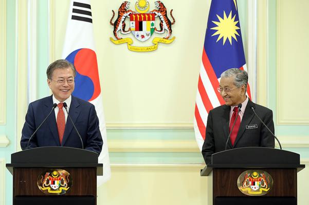 문재인 대통령과 마하티르 모하맛 말레이시아 총리가 13일 오후 푸트라자야 총리 궁에서 공동언론발표를 하고 있다./청와대 제공