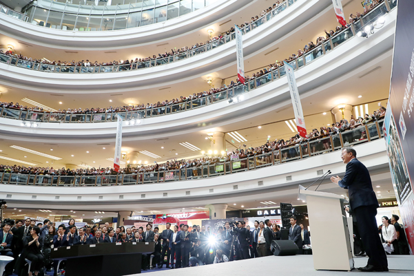문재인 대통령이 지난 12일 오후 말레이시아 쿠알라룸프르 원우타마(1Utama) 쇼핑몰에서 열린 한⋅말레이시아 한류⋅할랄 전시회에서 축사를 하고 있다. /청와대 제공