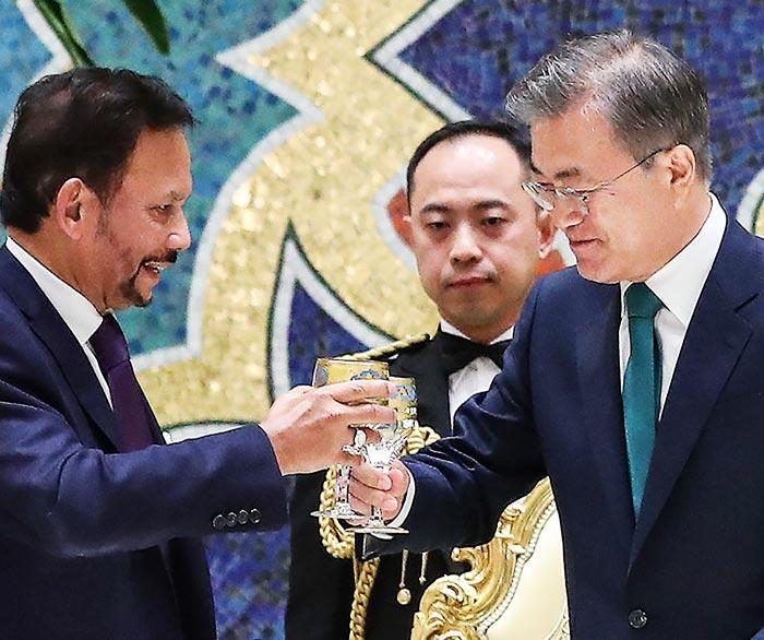 문재인 대통령이 지난 11일 브루나이 방문 중 브루나이 왕궁에서 열린 만찬에서 하사날 볼키아 국왕과 건배를 제의하고 있다.