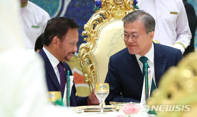 브루나이 국왕과 대화나누는 문재인 대통령