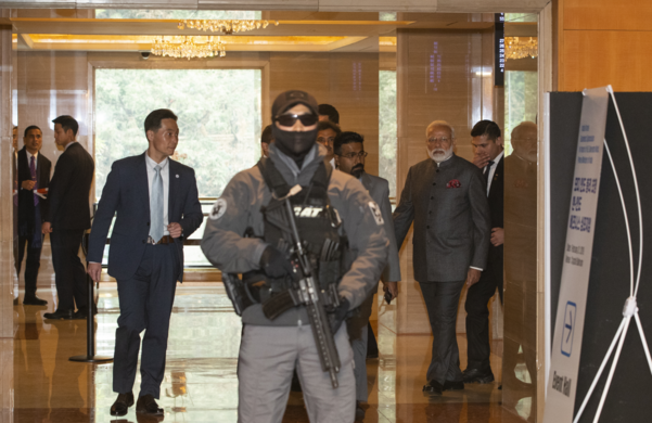지난 2월 나렌드라 모디 인도 총리의 한국 국빈 방문 당시 행사장 안팎에 있는 청와대 경호관들의 모습. 청와대는 지난 22일 문재인 대통령의 대구 방문 당시 경호원의 기관총 노출 사진이 논란이 되자 24일 이 사진을 공개했다. /청와대 제공