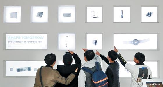 서울 서초구 삼성전자 서초사옥의 홍보관 딜라이트 2층에 있는 반도체 전시 공간에서 관람객들이 삼성전자 반도체 기술과 주요 제품을 둘러보고 있다.