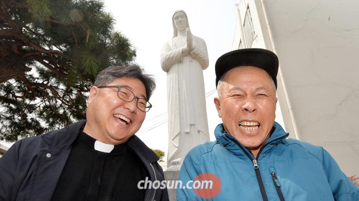 대흥동성당 박진홍(왼쪽) 신부와 함께한 조정형씨.