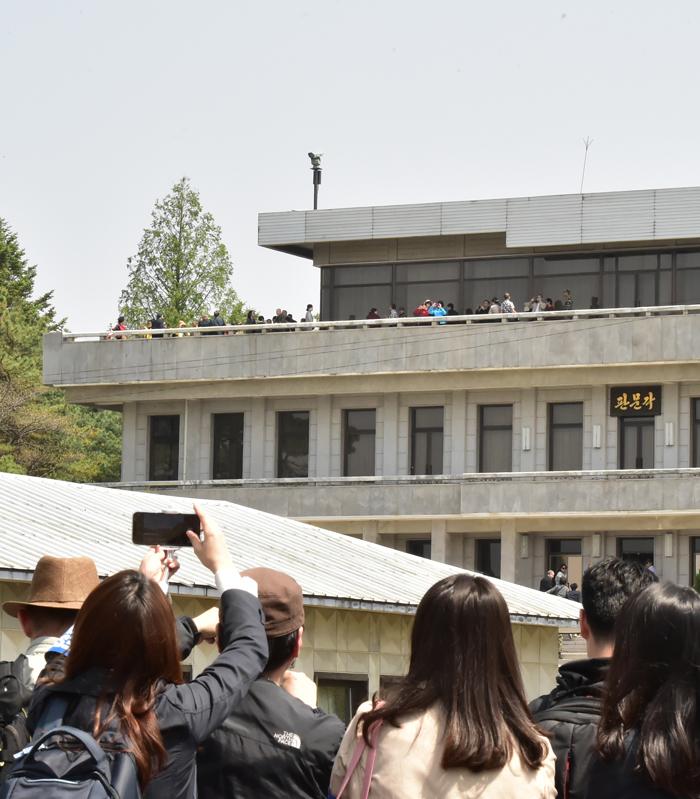 민간인 JSA 견학, 반년 만에 재개 - 1일 오전 판문점 공동경비구역(JSA)을 방문한 관광객들이 북측 판문각 건물을 바라보며 사진을 찍고 있다. 정부와 유엔군사령부는 작년 10월 일시 중단했던 민간인의 JSA 견학을 이날 재개했다. 정부와 유엔군사령부는 JSA를 비무장화하기로 한 작년 9·19 평양 공동선언에 따라 견학 구역 재정비를 추진해왔으나 북측이 협의에 응하지 않으면서 '반쪽짜리 개방'이 됐다.