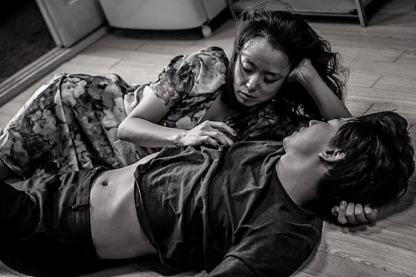 전도연은 그에게 '배우는 어떻게 상대와 호흡해야 하는 지'를 가르쳐주었다. 사진은 영화 '무뢰한'의 스틸컷.