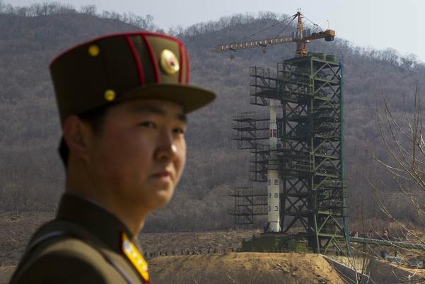 장거리미사일 '은하 3호'가 설치된 북한 평안북도 철산군 동창리 서해 미사일발사장 앞에 2012년 4월 북한군 병사가 서 있다. /AP·연합뉴스