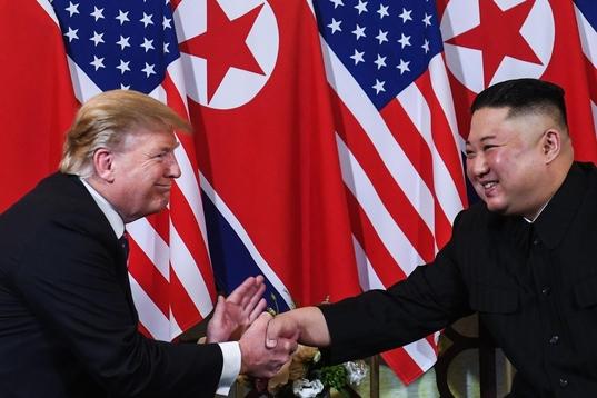 도널드 트럼프(좌) 미국 대통령과 김정은(우) 북한 국무 위원장이 2019년 2월 27일 베트남 하노이에서 만나 미북정상회담 협상을 했으나, 결과적으로는 합의를 보지 못했다. /연합뉴스