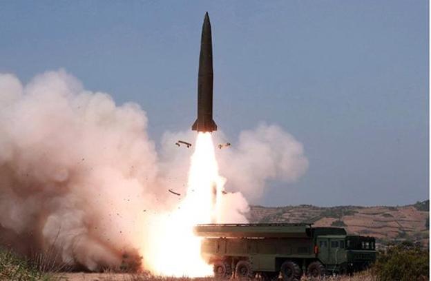 북한 노동신문이 5일 전날 동해 해상에서 김정은 국무위원장 참관 하에 진행된 화력타격 훈련 사진을 보도했다. '북한판 이스칸데르' 미사일로 추정되는 전술유도무기가 날아가고 있다. /뉴시스