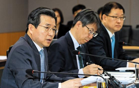 김용범(왼쪽) 금융위원회 부위원장이 지난 3일 서울 종로구 정부서울청사에서 열린 '금융규제혁신 통합 추진 회의'에서 모두발언을 하고 있다.