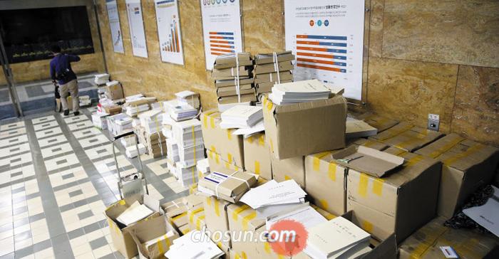 여야는 대치, 법안은 방치 - 6일 서울 여의도 국회 의안과 앞 복도에 추가경정예산 관련 법안들이 쌓여 있다. 선거법·공수처법 등 패스트트랙(신속 처리 안건) 지정으로 여야가 대치하면서 국회 파행이 길어지고 있다.