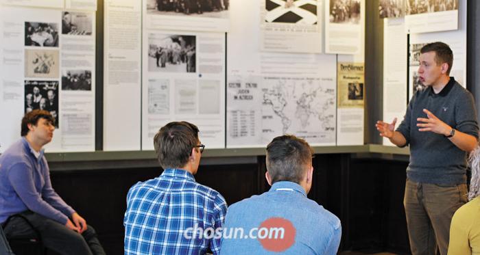 베를린 외곽 '반제(Wannsee) 회의 기념관'을 찾은 훔볼트대 학생들이 1930년대 독일의 유대인 인종차별 정책과 박해 과정에 관한 설명을 듣는 모습.