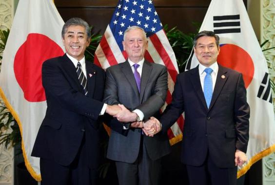 2018년 10월 19일 싱가포르에서 개최된 제5차 아세안 확대 국방장관회의(ADMM-Plus)에 참석한 정경두(오른쪽) 국방부 장관이 제임스 매티스(가운데) 미국 국방장관, 이와야 다케시 일본 방위대신과 한·미·일 국방장관 회의에 앞서 손을 맞잡고 기념사진을 찍고 있다. /국방부