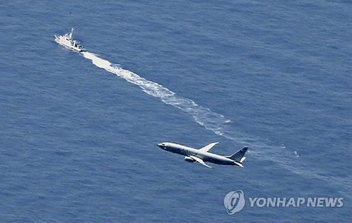 사고 해역에서 수색작업을 진행 중인 일본 경비정과 미군 군용기. /연합뉴스