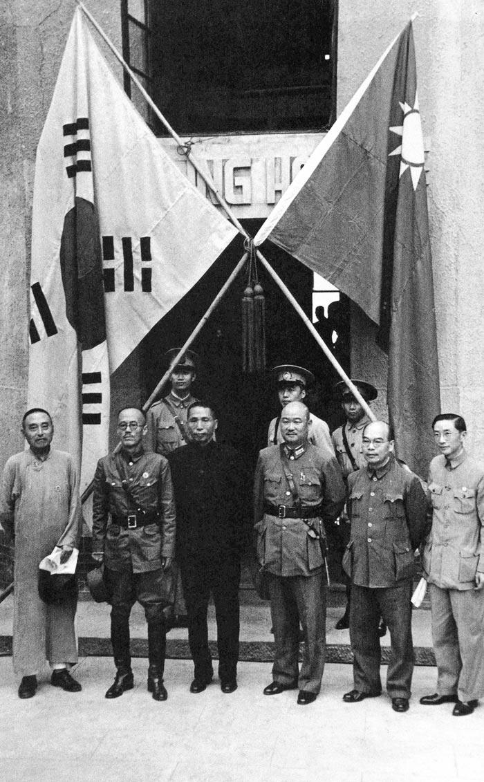1940년 9월 17일 충칭 가릉빈관에서 한국광복군 성립 전례식을 마친 후 김구(왼쪽에서 셋째) 주석과 지청천(왼쪽에서 둘째) 총사령이 중국 국민당 인사들과 함께 기념 촬영을 했다.
