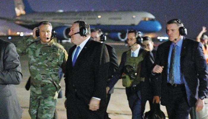이번엔 이란核… 폼페이오, 급거 이라크로 - 마이크 폼페이오(왼쪽에서 둘째) 미 국무장관이 7일(현지 시각) 이라크 바그다드 국제공항에서 시리아·이라크 지역 미군 사령관인 폴 라카메라(맨 왼쪽) 중장과 함께 헬리콥터를 타기 위해 이동하고 있다.