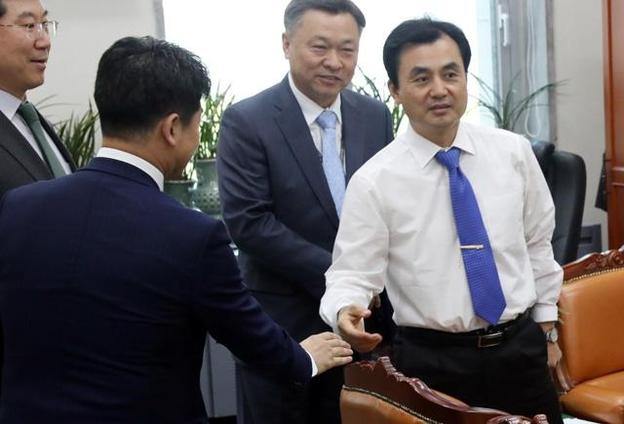 안규백(오른쪽) 국회 국방위원장이 북한의 단거리미사일 발사와 관련 보고를 위해 10일 오전 서울 여의도 국회를 방문한 정석환 국방부 정책실장 일행을 만나 보고를 받기 전 인사를 나누고 있다. /뉴시스