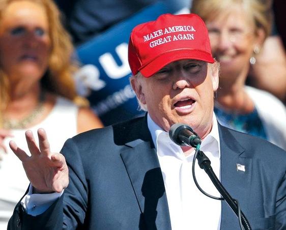 미국 공화당 대선 후보로 사실상 확정된 부동산 재벌 도널드 트럼프가 2016년 5월 7일 워싱턴주 린든에서 유세를 하고 있다. 트럼프가 쓴 모자에 그의 선거 구호'미국을 다시 위대하게(Make America Great Again)'문구가 적혀 있다. /AP 연합뉴스