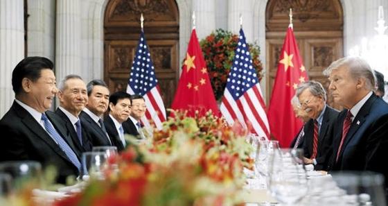 2018년 12월 1일 아르헨티나 부에노스아이레스의 한 호텔에서 도널드 트럼프(맨 오른쪽) 미국 대통령과 시진핑(맨 왼쪽) 중국 국가주석이 참모진과 함께 마주 보고 앉아 있다. /AP 연합뉴스