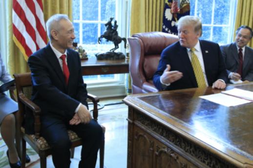 도널드 트럼프 미국 대통령이 2019년 4월 4일 백악관 집무실에서 류허(왼쪽) 중국 부총리를 만나 비공개 면담을 갖기 전 취재진 앞에서 대화를 나누고 있다. /AP 연합뉴스