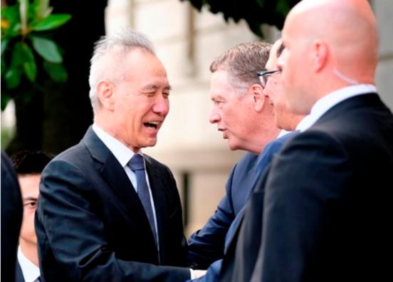 미·중 무역 협상을 위해 2019년 5월 9일 워싱턴 DC에 도착한 중국 측 대표 류허(왼쪽) 부총리가 미국 무역대표부(USTR) 청사에서 미국 측 로버트 라이트하이저(오른쪽에서 셋째) USTR 대표와 인사를 나누고 있다. /로이터 연합뉴스