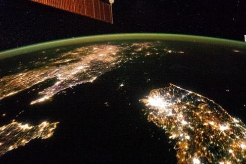 미국 항공우주국(NASA)이 촬영한 한반도 위성사진에서는 평양 인근을 제외하면 북한 영토에 불빛이 보이지 않는다./NASA 홈페이지