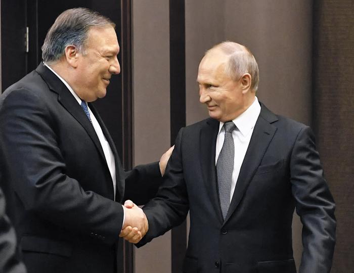 """푸틴 만난 폼페이오 - 블라디미르 푸틴(오른쪽) 러시아 대통령과 마이크 폼페이오 미국 국무장관이 14일(현지 시각) 러시아 소치 푸틴 대통령의 별장에서 만나 악수하고 있다. 폼페이오 장관은 푸틴과 면담 후 기자들에게 """"북한 문제에 대해 (양국이) 협력할 수 있는 방안을 찾을 수 있기를 희망한다""""고 말했다."""