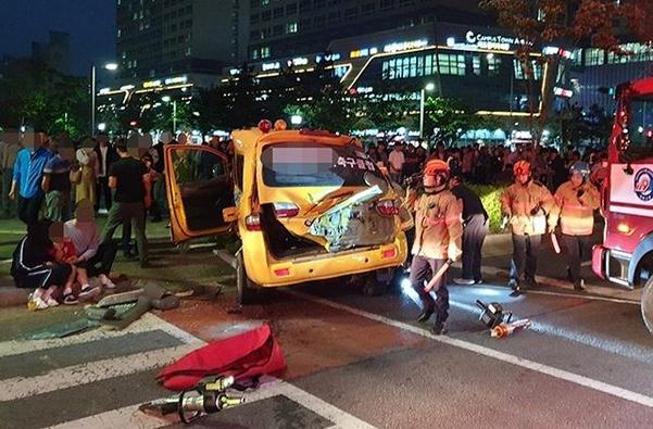 15일 오후 인천 연수구 송도동의 한 사거리에서 축구클럽 통학용 승합차가 사고를 내고 인도에 올라서 있다. /연합뉴스