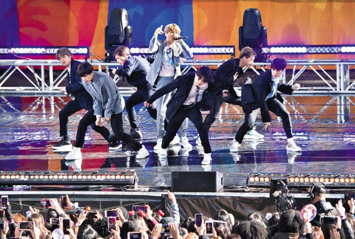 지난 15일(현지 시각) 미국 뉴욕 맨해튼 센트럴파크에서 방탄소년단(BTS)이 미니 콘서트를 열었다.