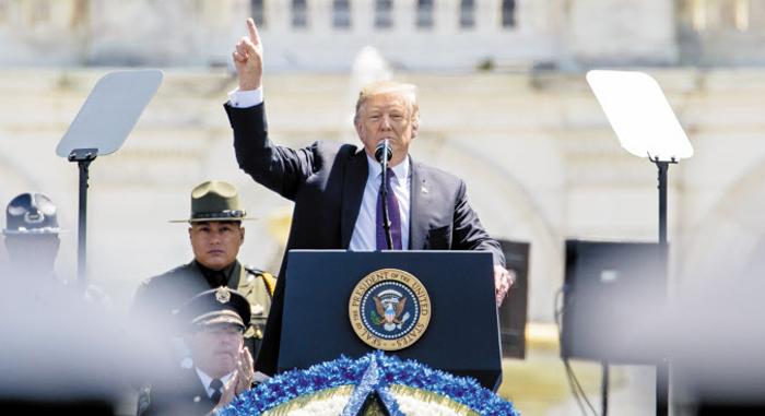 도널드 트럼프 미국 대통령이 15일(현지 시각) 워싱턴DC 국회의사당 앞에서 열린 제38회 '연례 국가안보 순직 공직자 추모식'에서 연설하고 있다.